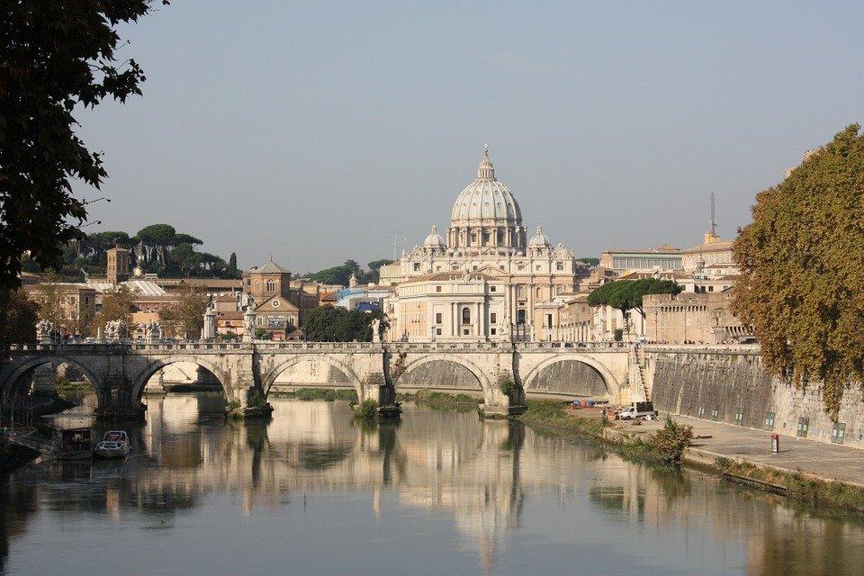 Tutte le strade portano turisti all'aria aperta a Roma.